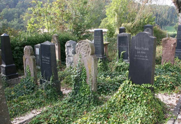 The cemetery is situated in the Neckar valley between Horb and Mühlen.